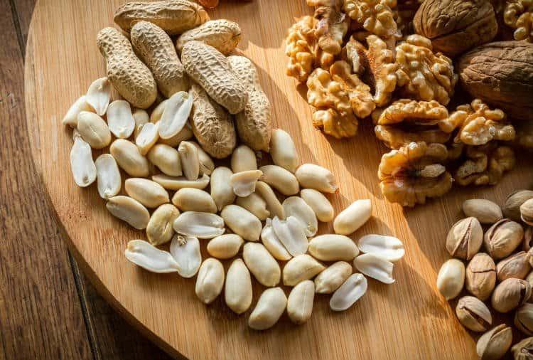 Арахис, грецкие, фундук и другие орехи в рационе ребенка от года до трех лет