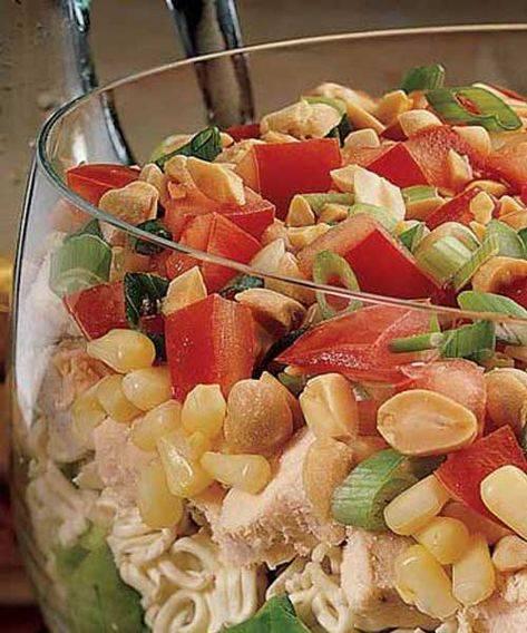 Салат простой с соленым арахисом