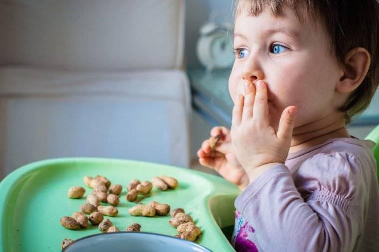 С какого возраста можно давать ребенку вишню: когда и как давать в прикорм грудничку, что делать при аллергии или если съели косточку