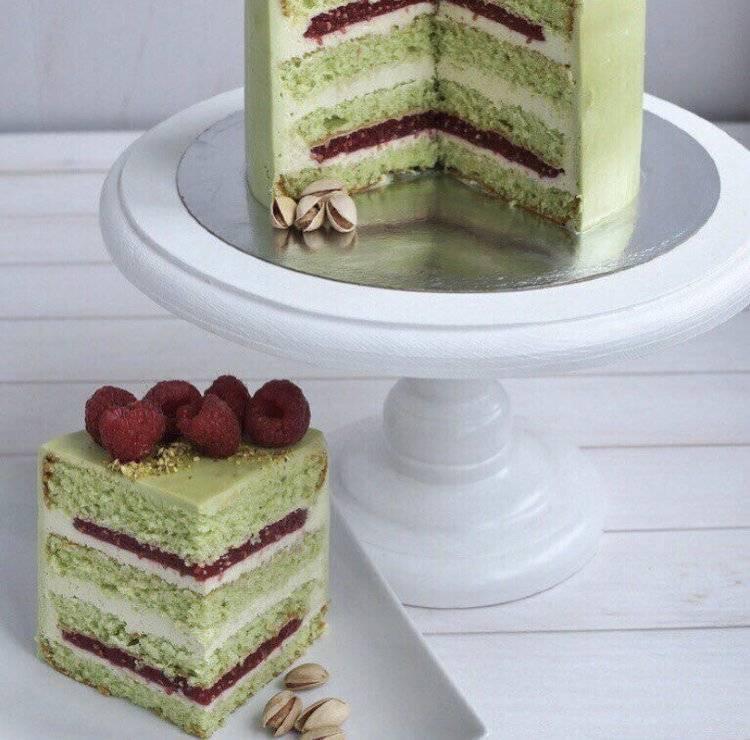 Очень вкусный бисквитный торт с малиной и фисташками