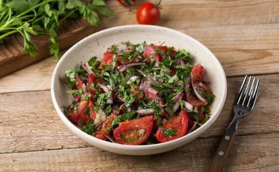 Соленые помидоры с горчицей, чесноком, укропом, эстрагоном, корнем хрена, листочками вишни и смородины «месяц в деревне». необычные рецепты заготовок