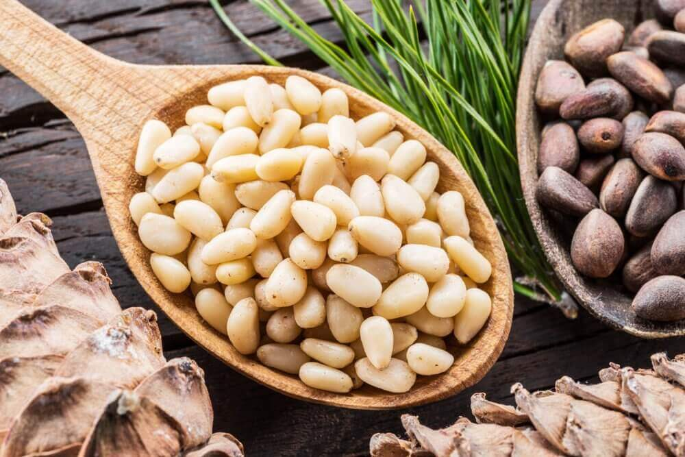 С какого возраста можно давать кедровые орехи детям, польза и вред от них