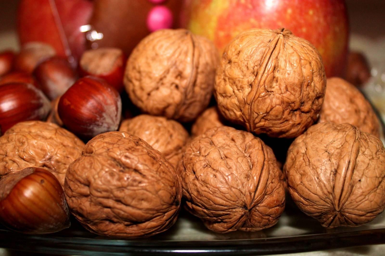 Когда собирать и как хранить грецкие орехи (очищенные и в скорлупе): сроки уборки и способы хранения