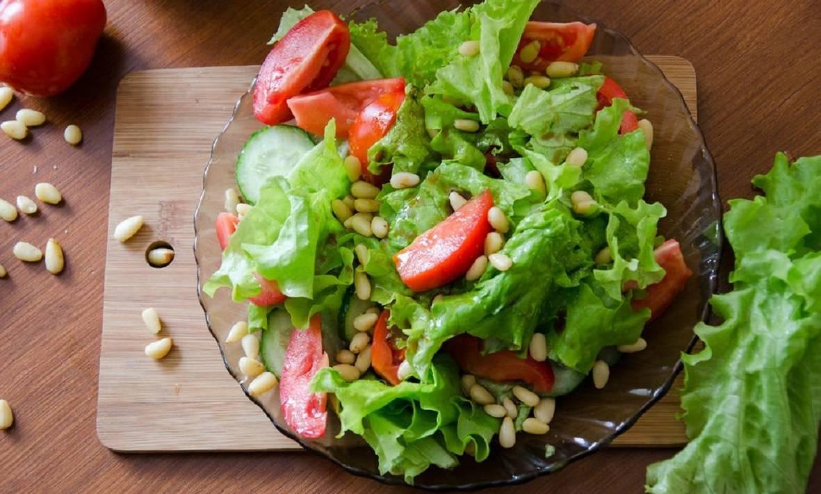 Салат с кедровыми орешками - легкий и вкусный | 4 рецепта