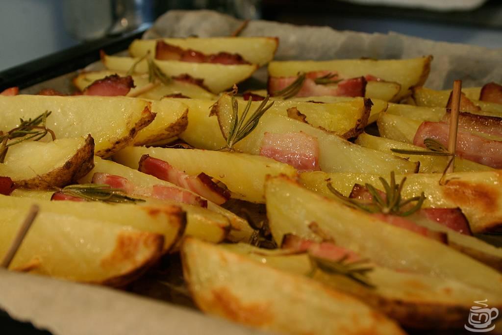 Картошка с сыром и беконом в духовке по швейцарски