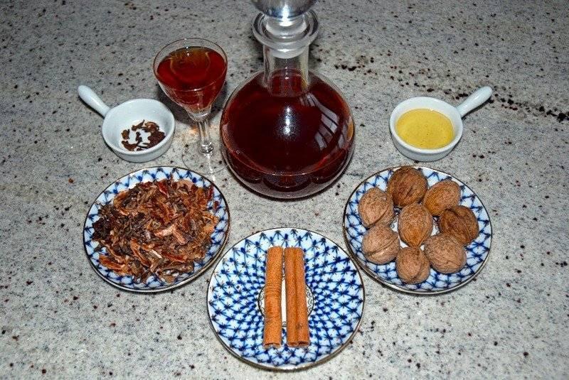 Самогон на перегородках грецких орехов