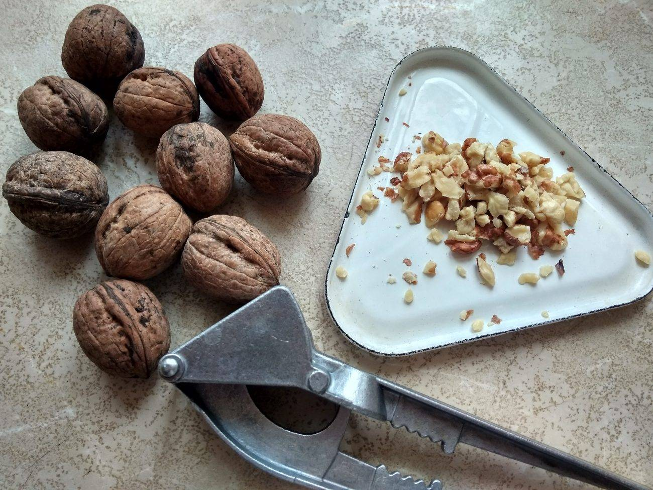 Как колоть орехи грецкие в домашних условиях: как правильно и быстро чистить от скорлупы, чем разбить, можно ли открыть ножом, иными приспособлениями, ломать руками?