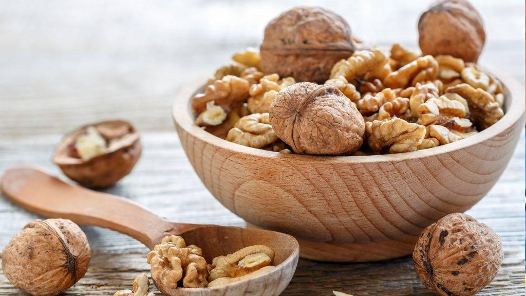 Грецкие орехи при беременности: свойства и можно ли есть свежие, кушать масло из них, чем полезны и в чем вред для женщин на ранних сроках, во время 2 и 3 триместра?