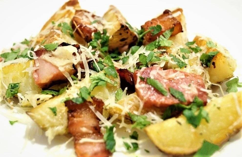 Ломтики картофеля, запеченные с беконом и тертым сыром
