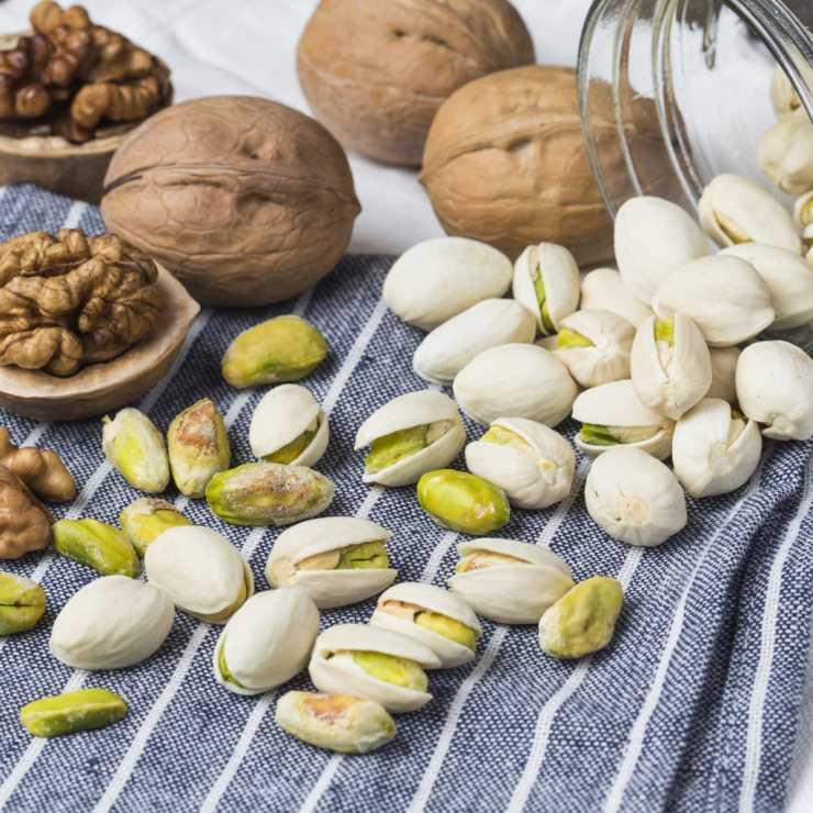 Можно ли бразильский орех кормящей маме, польза и вред