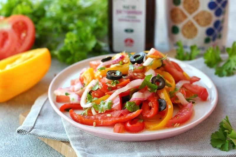 Салат из сладкого печеного перца с томатом. консервирование, копчение, виноделие