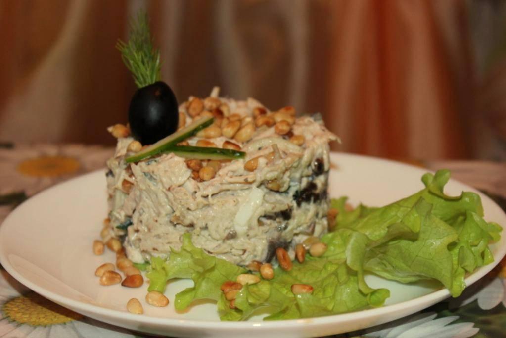 Теплый салат с кедровыми орешками – кулинарный рецепт
