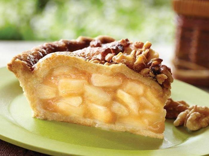 Пирог с тёртыми яблоками и орешками