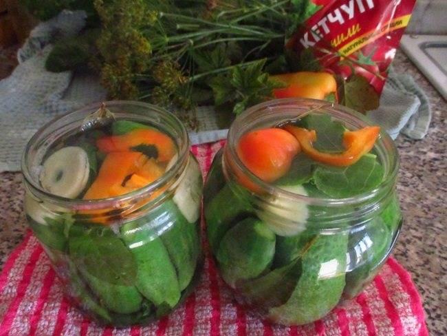 Огурцы с кетчупом чили без стерилизации - точный рецепт