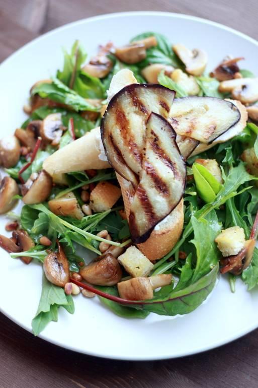Салат с кедровыми орешками, курицей и грибами