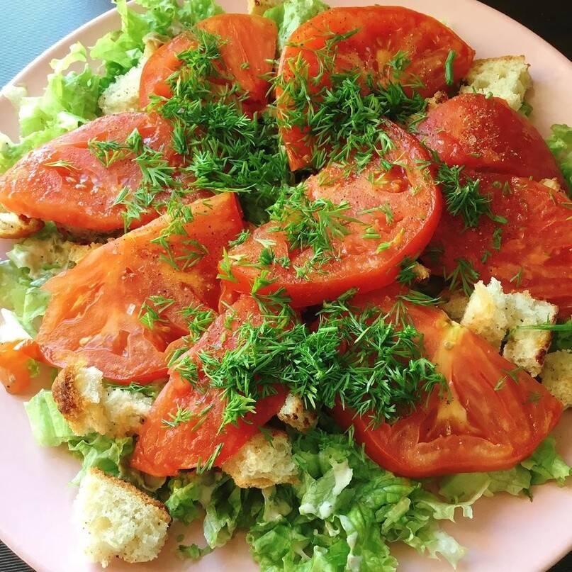 Соленые помидоры с горчицей, чесноком, укропом, эстрагоном, корнем хрена, листочками вишни и смородины «месяц в деревне»