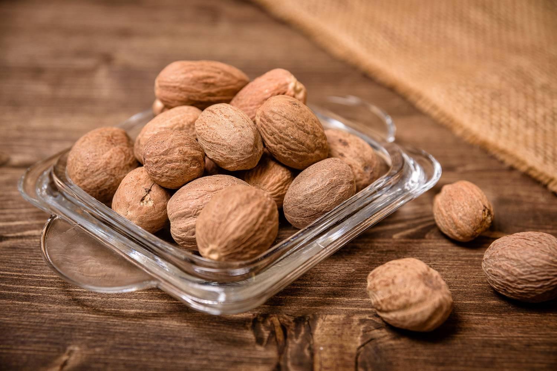 Грецкие орехи с медом: полезные свойства и вред