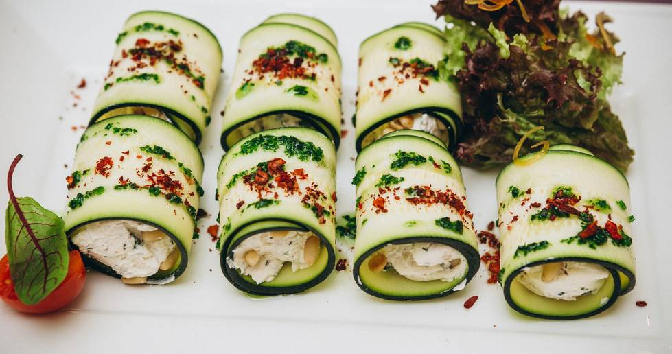 Рулетики из огурцов – аппетитное украшение любого застолья: рецепты с фото и видео