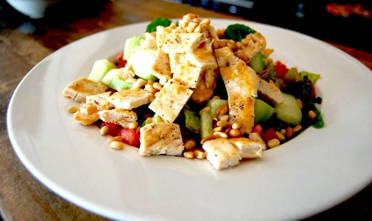 Салат с курицей и грецкими орехами – простые ингредиенты, волшебный вкус: рецепт с фото и видео