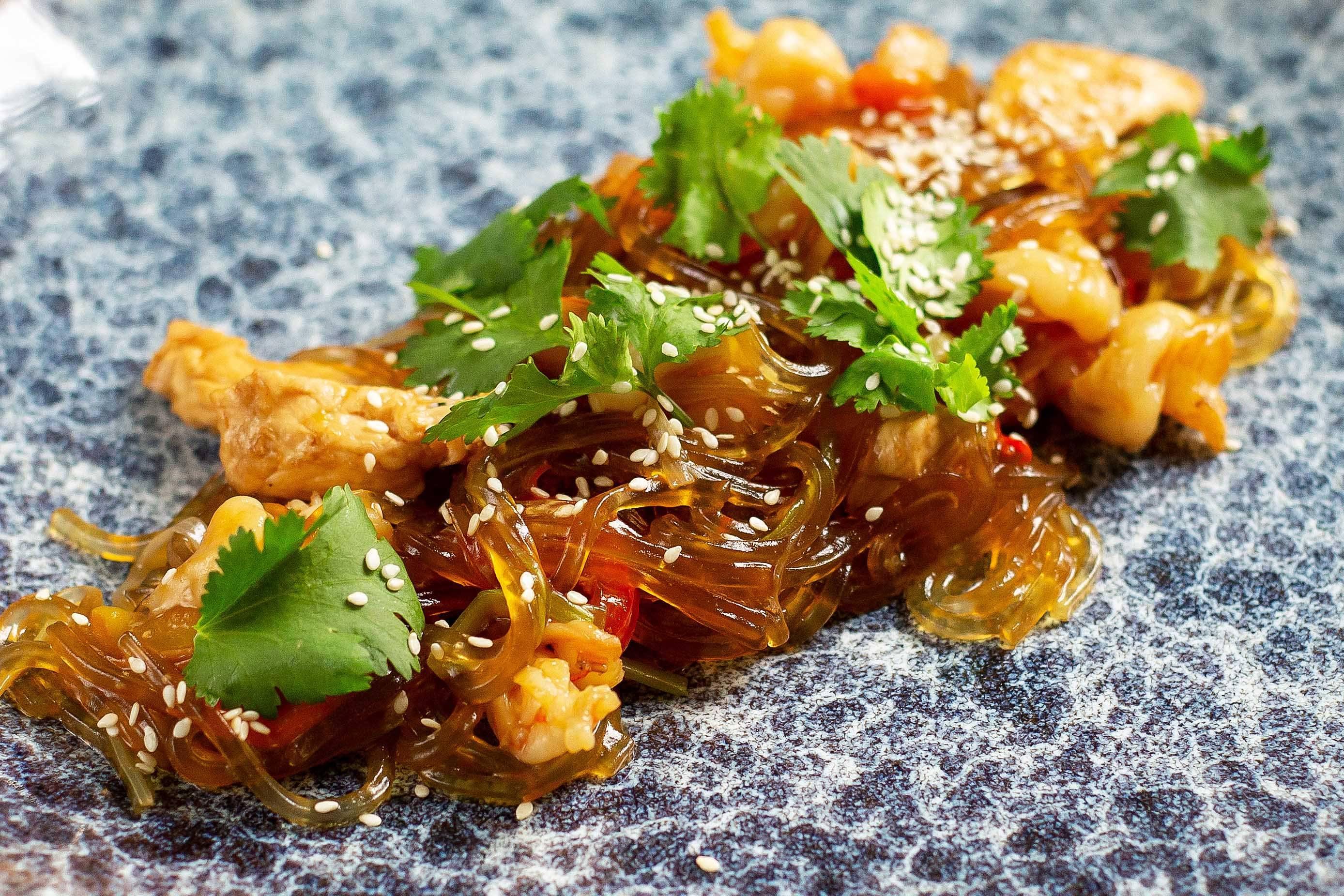 Курица в соевом соусе с жареным арахисом и перцем. пошаговый рецепт сергея джуренко