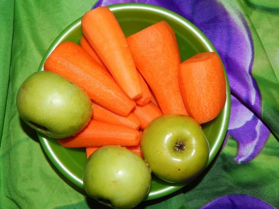 Кабачки, морковь и яблоки в яблочном соке